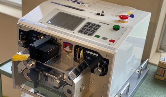 ケーブル自動測長切断機